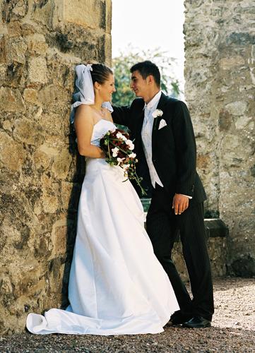 Hochzeitspaar vor Bruchsteinmauer in Schloss Ettersberg bei Weimar