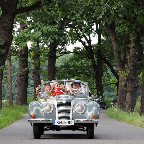 Braut, Bräutigam und Chauffeur im Oldtimer IFA F8 Cabriolet
