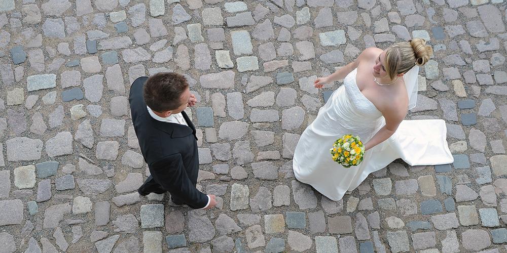 Hochzeit auf Schloss Weesenstein · Braut und Bräutigam begegnen sich im Hof