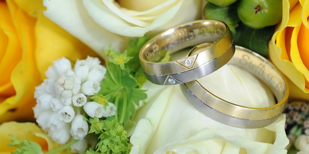 Hochzeitsringe im Blumenstrauß